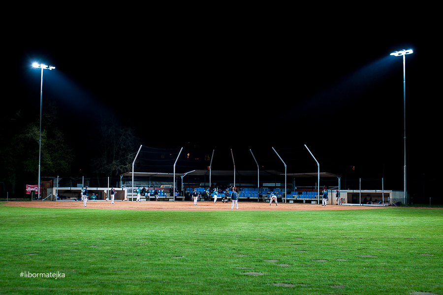 Krtkova aréna v noci